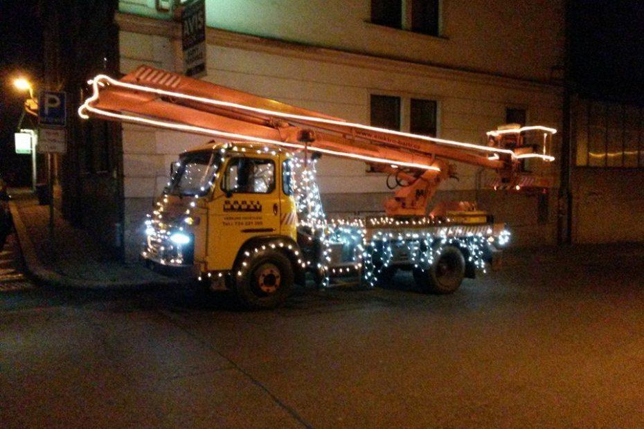 vánočně osvětlená plošina